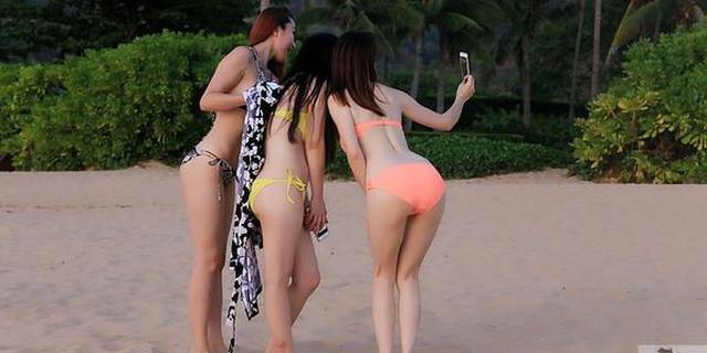 三亚海滩上的比基尼三剑客