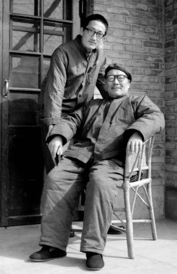 1971年,韩练成和韩兢在临潼自家院中