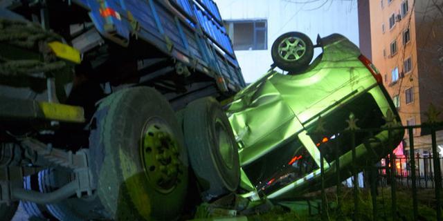 注意安全!面包车被货车压扁