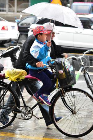 大雨之中赤峰孩子上学路