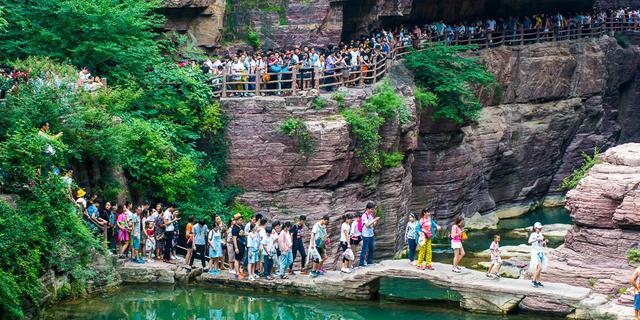 游客挤爆红石峡景区