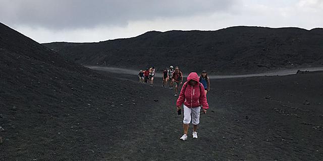 在活火山边走一圈