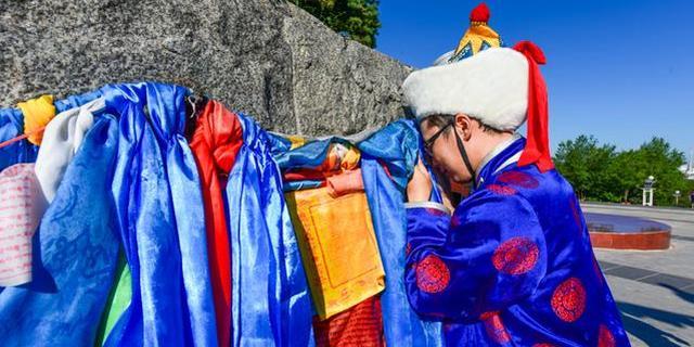 在锡林郭勒神圣的祭敖包