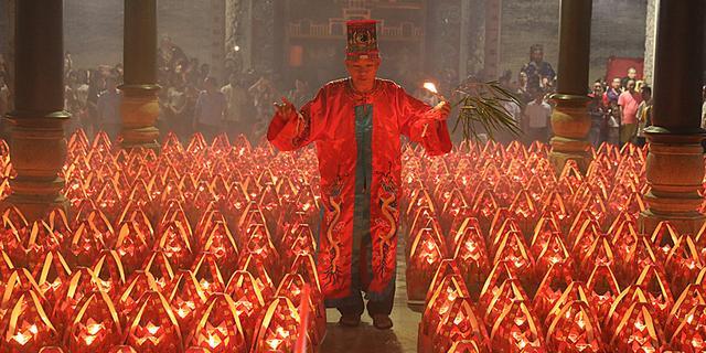 壮观!800盏龙母水灯燃放