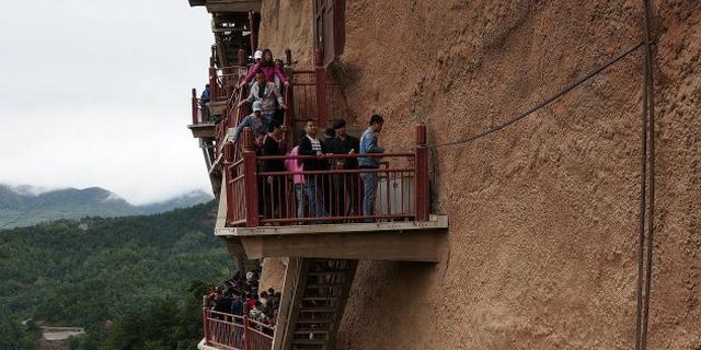 """悬崖峭壁上的""""东方雕塑馆"""""""