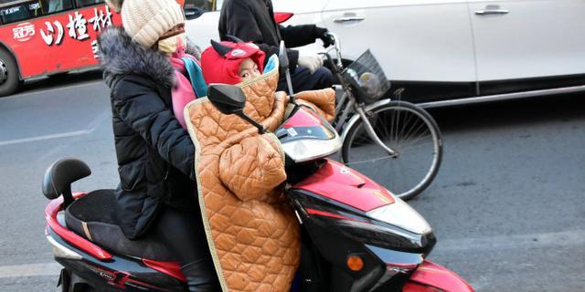 冻僵!内蒙家长骑电动车送孩子上学
