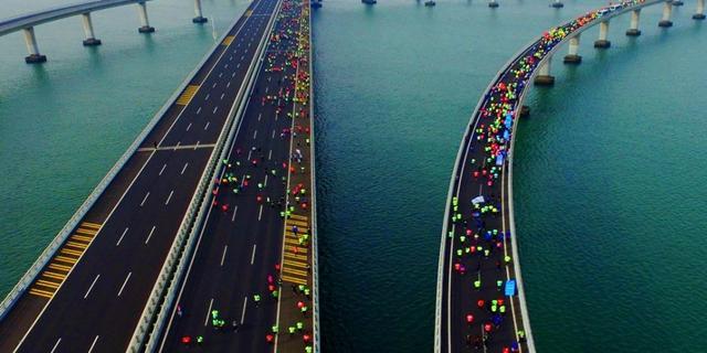 青岛海上国际马拉松鸣枪开跑