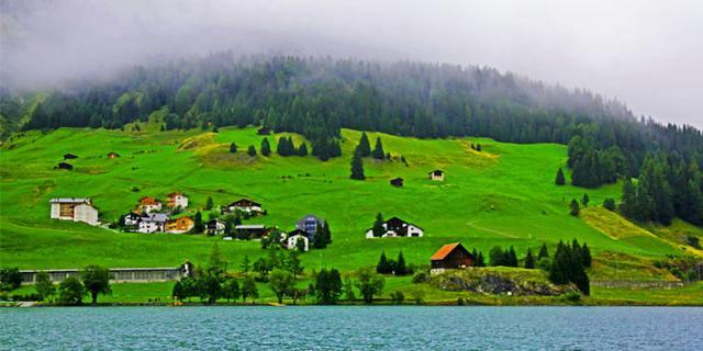 雨雾阿尔卑斯山谷