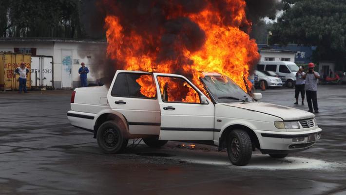 开着开着就着了 为什么电动车会自燃?