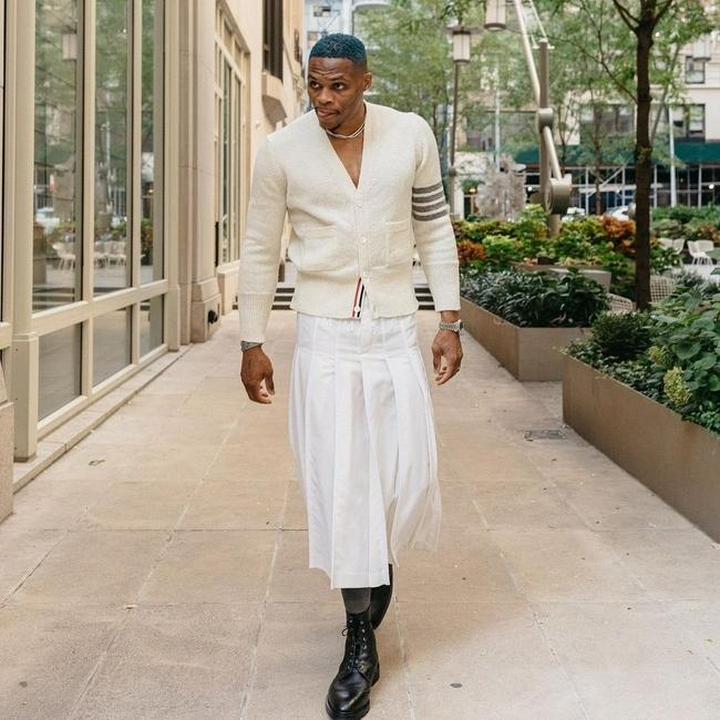 威少曬自己最新時尚街拍!針織衫+百褶裙+皮鞋