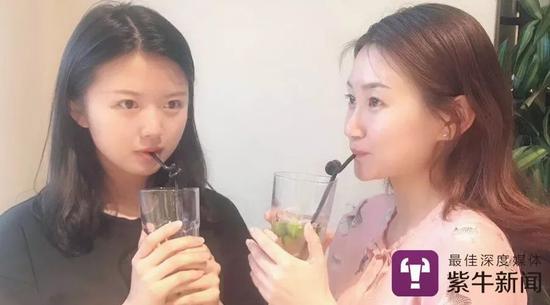 江梦南(左)