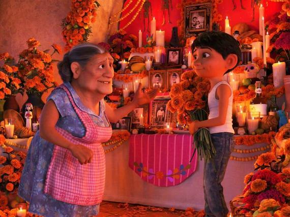 奶奶向米格讲述祖先与亡灵节的故事