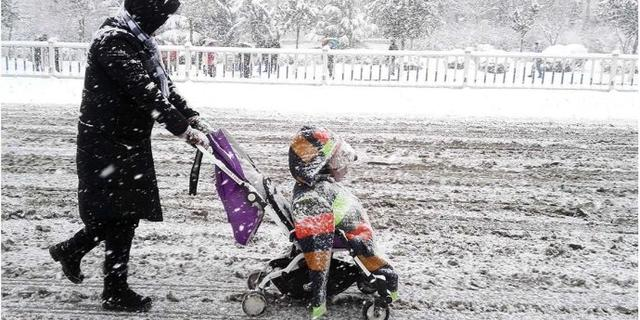实拍:暴雪中的烟台母子