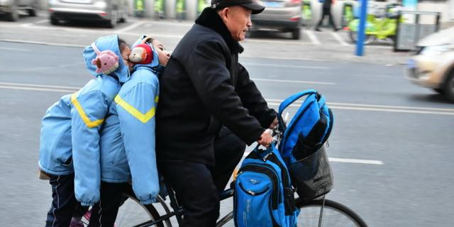 极寒天气下的上学路