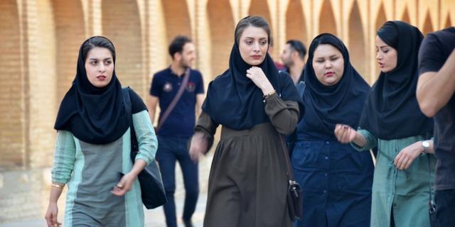 揭开黑纱的俏丽伊朗女郎