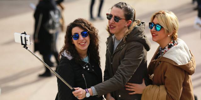 欧洲街头忙于自拍的美女们
