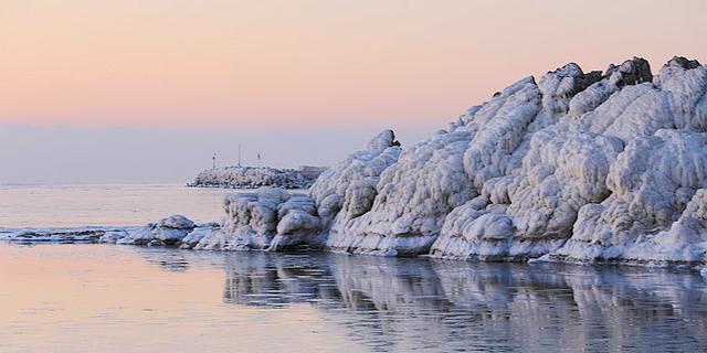 冬季北戴河一半海水一半海冰