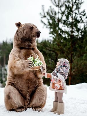 小萌娃与大棕熊亲密互动