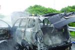小轿车撞车后汽缸破裂起火 只剩空壳