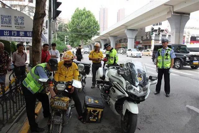 武汉交警首次拦截不礼让斑马线的驾驶员  一天200多人