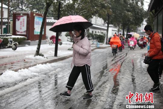 图为降雪给当地带来积雪,影响民众出行。 孟德龙 摄