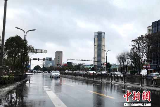 图为扬州主干道路面无积雪,车辆行驶通畅。 崔佳明 摄