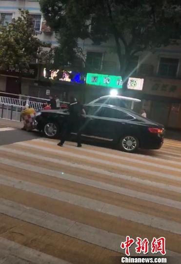 民警砸开车窗玻璃将驾驶员控制 夷公宣 摄