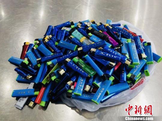225个打火机装了满满一包。 刘晓宇 摄