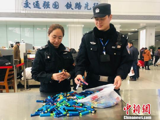 图为民警在清点被查到的打火机。 刘晓宇 摄