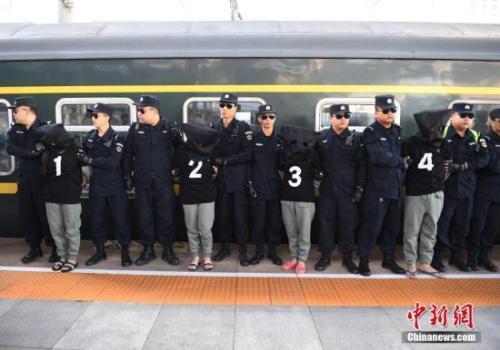 2017年8月29日,长春火车站,10名电信诈骗犯罪嫌疑人被长春警方从国外经云南押解回国。中新社记者 张瑶 摄