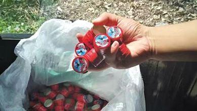 警方查获的假牛栏山二锅头白酒瓶盖。 警方供图