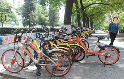 北京市区停放了大量的闲置共享单车。 新华社记者 罗晓光摄