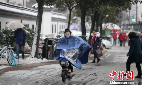 图为人行道路面的积雪,影响民众出行。 孟德龙 摄