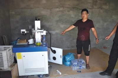 犯罪嫌疑人在现场指认作坊里制假使用的机器。 警方供图