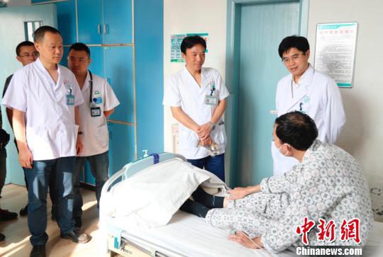 医护人员叮嘱杨先生出院后的注意事项。