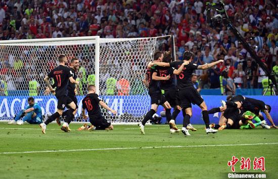 克罗地亚队庆祝胜利。 中新社记者 毛建军 摄
