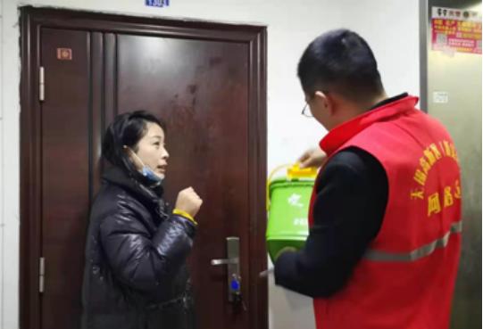 香梅二社区夜送垃圾分类厨余垃圾桶