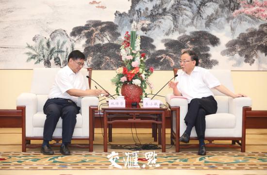 江苏省委常委、无锡市委书记李小敏在接受新华日报社社长、总编辑、党委书记,新华报业传媒集团董事长双传学采访。