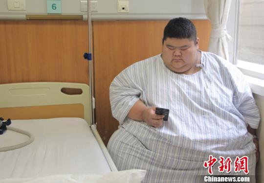王浩楠穿着护士长为他特制的病号服在病房内休息。 赵晓 摄