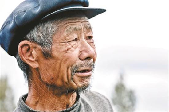 """""""滞销大爷""""原图拍摄于2011年的甘肃某地。 本文图片 北京青年报"""