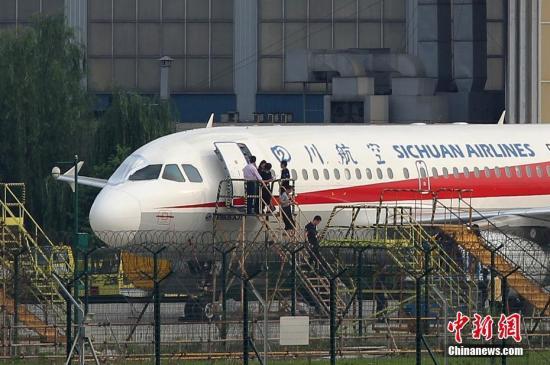 停机坪上工作人员准备进入飞机机舱检查。 中新社发 汪龙华 摄