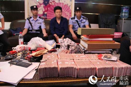 执行干警从王某隐秘住处搜出现金107万元。重庆市高级人民法院供图