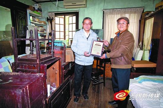 无锡钱锺书故居的负责人(右)接受捐赠