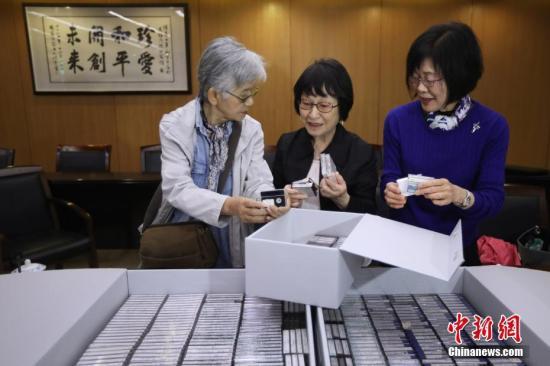 4月4日,日本友人松冈环女士(中)将她30年间记录的南京大屠杀幸存者口述证言影像资料捐赠给侵华日军南京大屠杀遇难同胞纪念馆。自1988年起,松冈环女士多次来到中国,在南京和周边地区寻访南京大屠杀亲历者,并用DV和录音机记录下口述历史材料。 中新社记者 泱波 摄