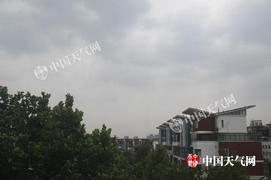 昨天上午,山东济南天空阴雨密布。王连珍 摄