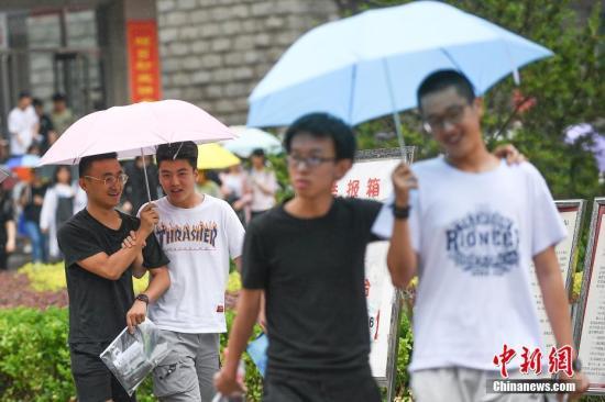 资料图:6月8日,山西太原,考生打伞走出考场。当日,全国部分地区2018年高考结束。 中新社记者 武俊杰 摄