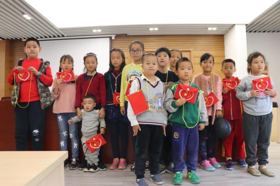 新安花苑第二社区开展《闪闪的红星》绘本阅读活动