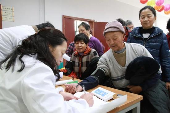 梅荆三社区党总支部邀请医务工作者开展义诊活动