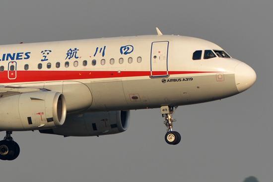5月14日拍摄的发生故障后准备降落成都双流国际机场的川航3U8633。万赑/摄(新华社发)