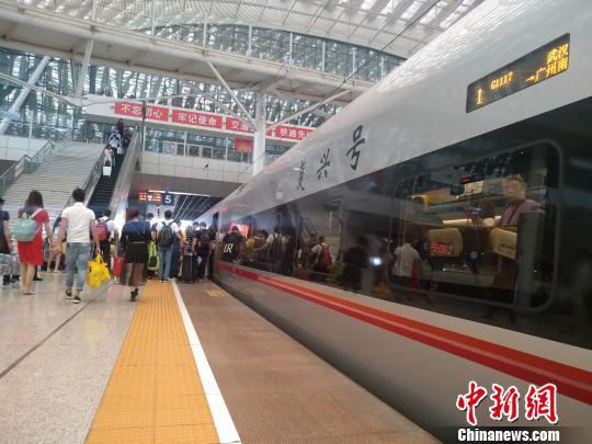"""图为,武汉铁路部门开行的""""复兴号"""" 周凯 摄"""